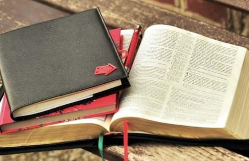 Notizbuch und Bibel