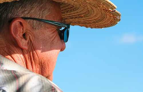 Ein Senior mit Sonnenbrille